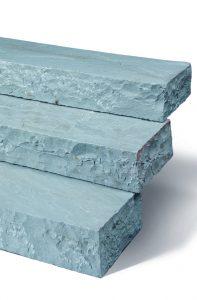 Blockstufen in blau-grau, klassisch.