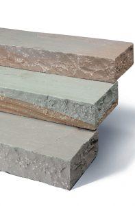 Blockstufen in maus grau bunt (farbeinschlüsse in tor und gold), klassisch.