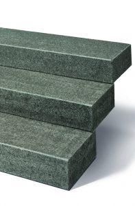 Blockstufen schwarz melierter Stein sehr edel.
