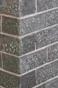 Mauerstein in anthrazit mit rauher Oberfläche