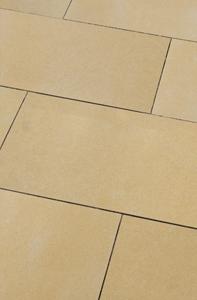 Terrassenplatte aus Naturstein goldgelb kräftige sand farben