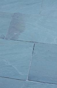 Natursteinplatte für die Terrasse bläulich grau, kühler Farbton