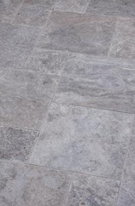 Silber graue Terrassenplatte mit kleiner Maserung. Naturstein