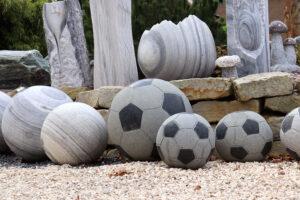 Fußbälle aus Stein - Brunnen für Fans