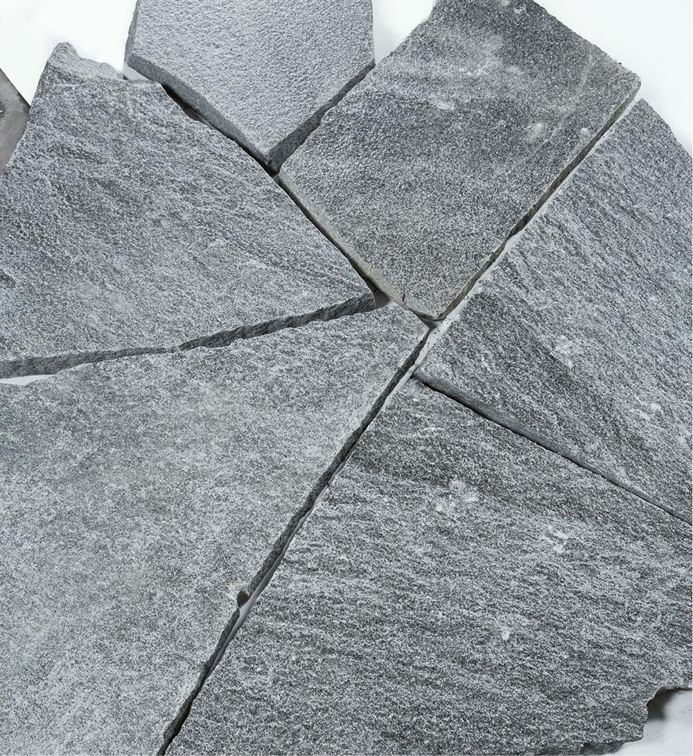 polygonalplatten-maggia-dunkel-bis-hellgrau-gebandert-schweiz-gneis
